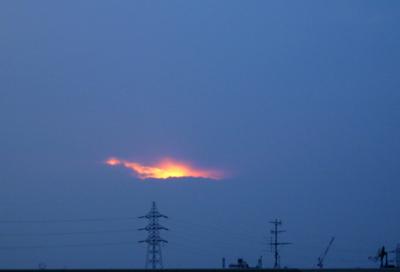 火山の噴火ではない、雲の切れ目から夕陽.jpg